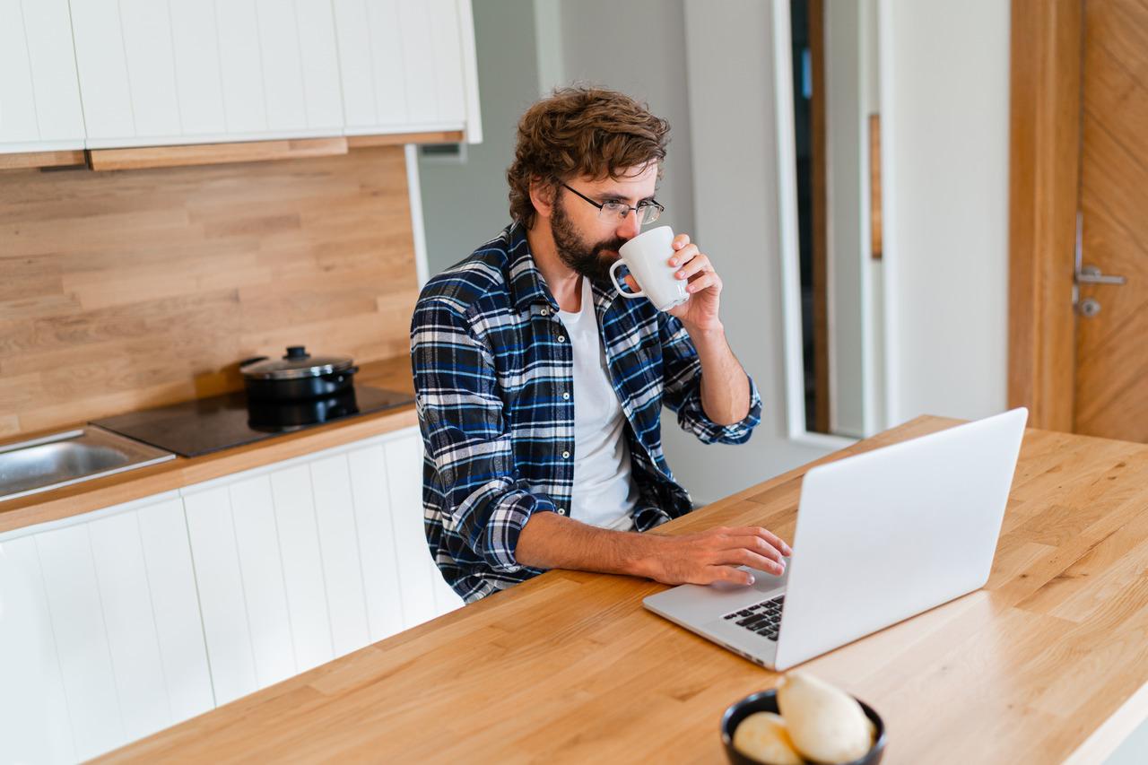 trabajador remoto trabajando en casa